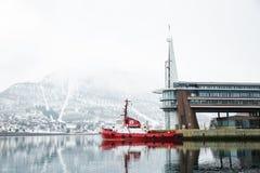 Schronienie i nabrzeże w centrum Tromso, północny Norwegia w wiośnie obraz stock