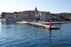Schronienie Korcula, meditarranean wyspa Chorwacja Widok od morza zdjęcia royalty free