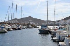 Schronienie, łodzie i statki San Jose w Cabo de Gata naturalnym parku blisko Almeria, Hiszpania zdjęcia royalty free