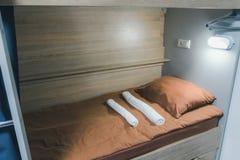 Schroniska łóżko z brązów łóżkowymi prześcieradłami obraz stock