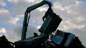 Schroot recyclingsinstallatie en kraan stock video