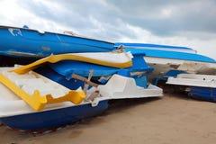 Schroot van boten door migranten op het strand worden gebruikt dat royalty-vrije stock afbeeldingen
