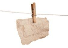 Schroot van document op houten wasknijpers Royalty-vrije Stock Foto's