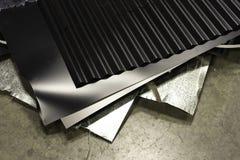 Schroot van metaal op fabrieksvloer die voor recycling moet worden verzameld stock foto's