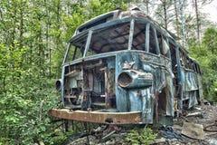 Schrootauto in het hout Stock Foto's