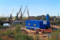 Schroothandelaar in een industriezone op de rivierbank Pregolya in Kaliningrad Stock Afbeelding