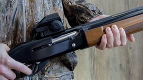 Schrotflinte mit 12 Messgeräten mit Kugeln lizenzfreies stockbild