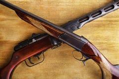 Schrotflinte mit Sturmgewehr Stockfoto