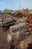 Schrott mit alten Motoren auf Schrotthaufen stockfoto