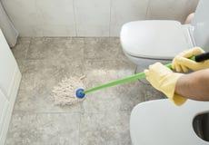 Schrubben des Badezimmerbodens Stockbild