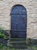 Schrullige Schloss-Tür gemacht von den Eisen-Blättern und den Bolzen stockfoto