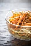 Schüssel bunte Spaghettis Stockfotos