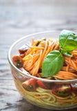 Schüssel bunte Spaghettis mit Kirschtomaten Lizenzfreie Stockbilder