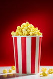 Schüssel gefüllt mit Popcorn für Film-Nacht Lizenzfreie Stockfotografie