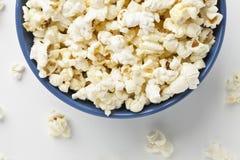 Schüssel mit 331 Popcorn Lizenzfreies Stockfoto