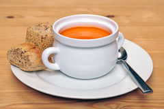 Schüssel tomatoe Suppe mit braunem Brot Stockbild