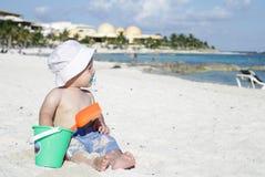Schätzchen, das auf tropischem Strand spielt Stockfotos