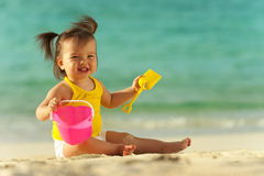 Schätzchen, das am Strand spielt Stockfotos