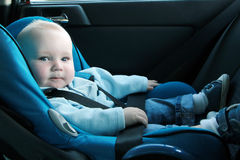 Schätzchen im Autositz Stockbilder