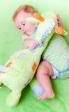 Schätzchen mit Spielzeuggiraffe Lizenzfreies Stockfoto