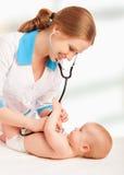Schätzchen und Doktorkinderarzt. Doktor hört zum Inneren mit s Lizenzfreies Stockbild