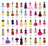 Schätzchenkleidung für Mädchen auf Mannequins. Maskerade Stockfoto