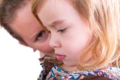 Schützende Mutter, die ihre kleine Tochter aufpasst Lizenzfreie Stockbilder