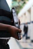 Schützendes Geld der bewaffneten Wache mit Maschinengewehr Stockbild