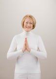 Schuß der Frau im weißen Beten mit den Händen umklammert Lizenzfreie Stockfotos