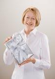 Schuß der Frau nobles eingewickeltes Geschenk anzeigend Lizenzfreies Stockfoto