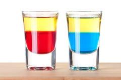 Schußcocktailansammlung: Roter und blauer Tequila Stockbilder