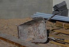 Schubkarre auf einer Baustelle Stockbilder