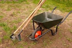 Schubkarre in einem Garten Lizenzfreies Stockfoto