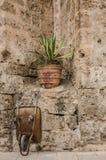 Schubkarre vergessen auf dem Stein einer Kirche lizenzfreie stockfotos