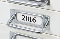 Schubladenschrank mit dem Aufkleber 2016 Stockfotografie