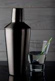 Schudbeker en cocktail met olijf Royalty-vrije Stock Foto's