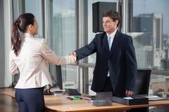 Schudden het bedrijfs van Mensen overhandigt een Overeenkomst Stock Afbeeldingen