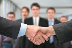 Schuddend handen en commercieel team royalty-vrije stock afbeelding