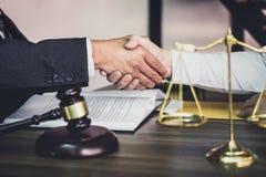 Schuddend handen na goede samenwerking, Zakenmanhanddruk met mannelijke advocaat na het bespreken van goede overeenkomst van cont royalty-vrije stock afbeelding