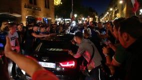Schuddende autoverdedigers na de Wereldbekerhalve finales van Frankrijk stock footage