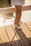 Schudnięcie iść na piechotę w baletniczych mieszkaniach na drewnianym moscie przy letnim dniem Fotografia Stock