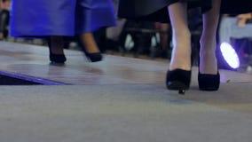 Schudnięcie iść na piechotę w Heeled butach, grupa modele chodzi na wybiegu przy pokazem mody, wybiegów modele, zdjęcie wideo