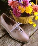 Schuh auf hölzernem Hintergrund stockfotografie