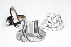 Schuh der alten Damen auf hohen Absätzen und und einem Hut lizenzfreie stockfotos