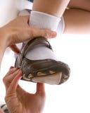 Schuh des erwachsenen passenden Kindes Lizenzfreies Stockbild