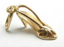 Schuh des Goldhohen absatzes Stockfotografie