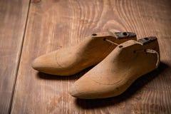 Schuh-Letzte auf dem braunen hölzernen Hintergrund Retro- Art Lizenzfreies Stockfoto