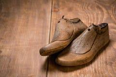 Schuh-Letzte auf dem braunen hölzernen Hintergrund Retro- Art Lizenzfreies Stockbild