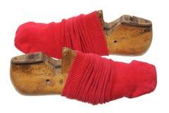 Schuh-Letzte mit roten Socken Stockfotografie