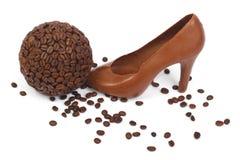 Schuh machte ââof Schokolade und Kaffeebohnen lizenzfreies stockbild